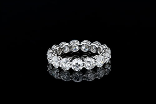 Round Diamond Shared Prong Band